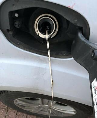 BENSINTANKEN: En hyssing var festet til bensinrøret på Waras bil, og forsøkt påtent. Foto: Privat