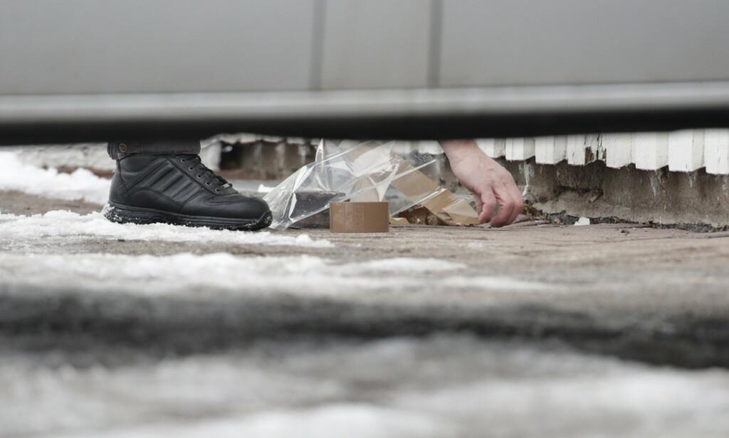 UNDERSØKELSER: Politiet gjorde torsdag ettermiddag flere undersøkelser ved huset til Tor Mikkel Wara. Foto: Bjørn Langsem / Dagbladet