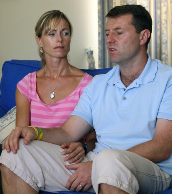 <strong>ETTER FORSVINNINGEN:</strong> Kate og Gerry McCann avbildet da de holdt en pressekonferanse for portugisisk tv i Praia Da Luz i august 2007 - tre måneder etter at datteren Madeleine forsvant. Foto: AFP/ NTB scanpix