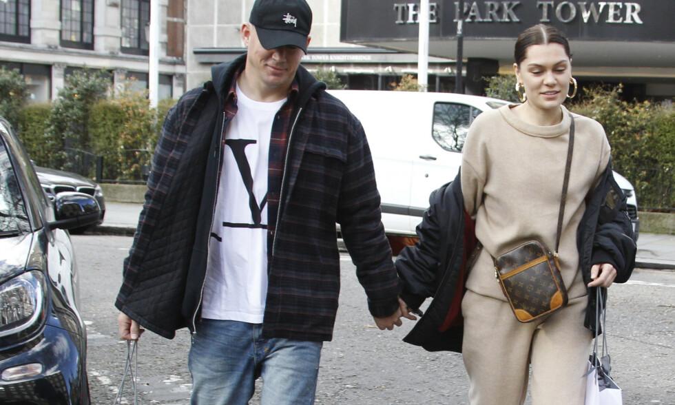 PÅ SHOPPING I LONDON: Etter rundt seks måneder som par viser endelig stjerneparet følelser i offentligheten. Foto: NTB Scanpix
