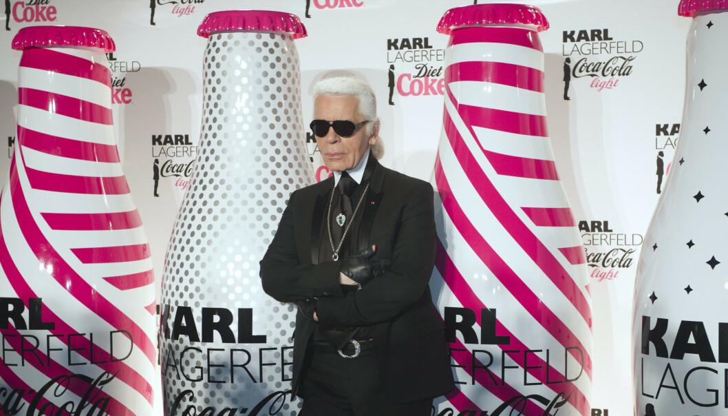 KARL OG COLA: I 2011 designet Karl Lagerfeld et begrenset opplag Cola Light-flasker. Her er den nå avdøde klesdesigneren avbildet under lanseringen. FOTO: Scanpix