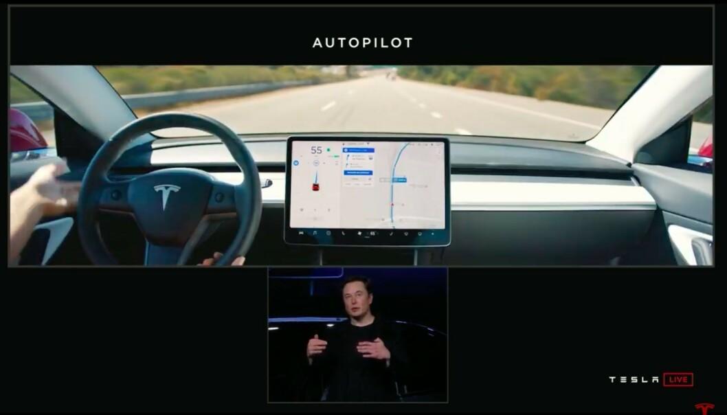 <strong>DASHBORD:</strong> Bilen har samme innvendig dashbord som søstermodell 3. Foto: Skjermdump