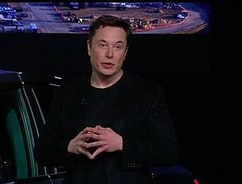 <strong>FORNØYD:</strong> Teslasjef Elon Musk var tydelig stolt da han endelig kunne vise Model Y i natt. Foto: Skjermdump