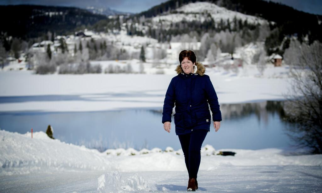 HAR DET BEDRE MED NY BEHANDLING: Nå kommer anfallene hos Nina Øen (51) sjeldnere, bare rundt en gang i måneden. Her går hun tur hjemme ved Krøderen.