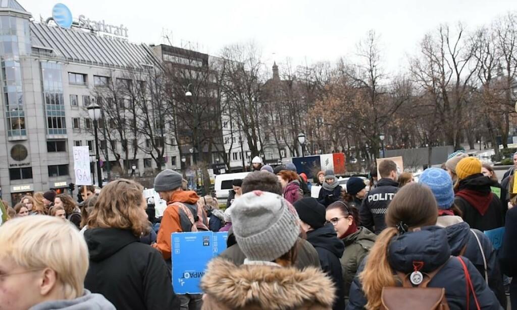 OPPLØSTE DEMONSTRASJON: Det skal ha vært opp mot 200 barn og unge framfor Stortinget i dag. I en spontant markering for klimaet grep Arild Hermstad (MDG) ordet. Da kom politiet. Foto: MDG