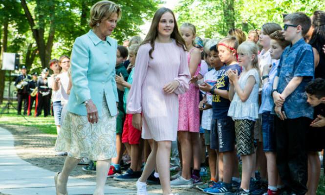 STILSIKKER: Da prinsesse Ingrid Alexandra og dronning Sonja avduket kunstverk i Prinsesse Ingrid Alexandras Skulpturpark i sommer, var 14-åringen også iført kjole fra Maje - og sko fra Superga! Foto: Erlend Dalhaug Daae / NTB scanpix