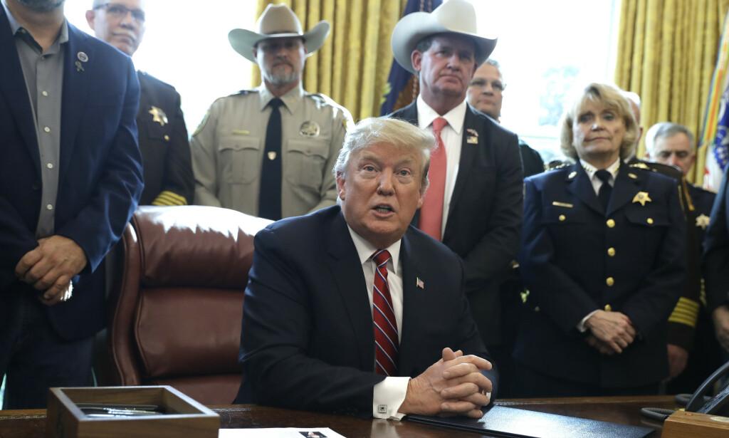 Donald Trump, her etter å ha lagt ned veto mot Kongressens resolusjon mot unntakstilstanden ved grensa, mener at hvit nasjonalisme ikke er et stort problem. Foto: Evan Vucci / AP / NTB scanpix