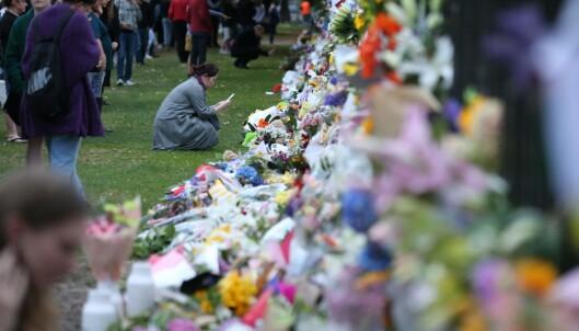 <strong>BLOMSTER:</strong> Folk legger ned blomster for ofrene etter massakren i Christchurch. Foto: DAVID MOIR / AFP