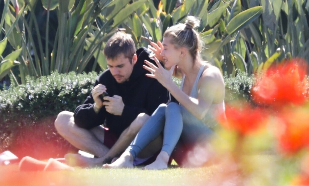 OPPRØRT: Lørdag formiddag ble Justin Bieber og kona Hailey Baldwin avbildet sammen i en park i California. Stemningen skal ha vært svært anspent, hvor paret angivelig havnet i en heftig diskusjon. Foto: NTB Scanpix