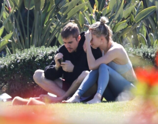HARD: Hailey Baldwin tried to comfort her husband during the park trip. Photo: NTB Scanpix