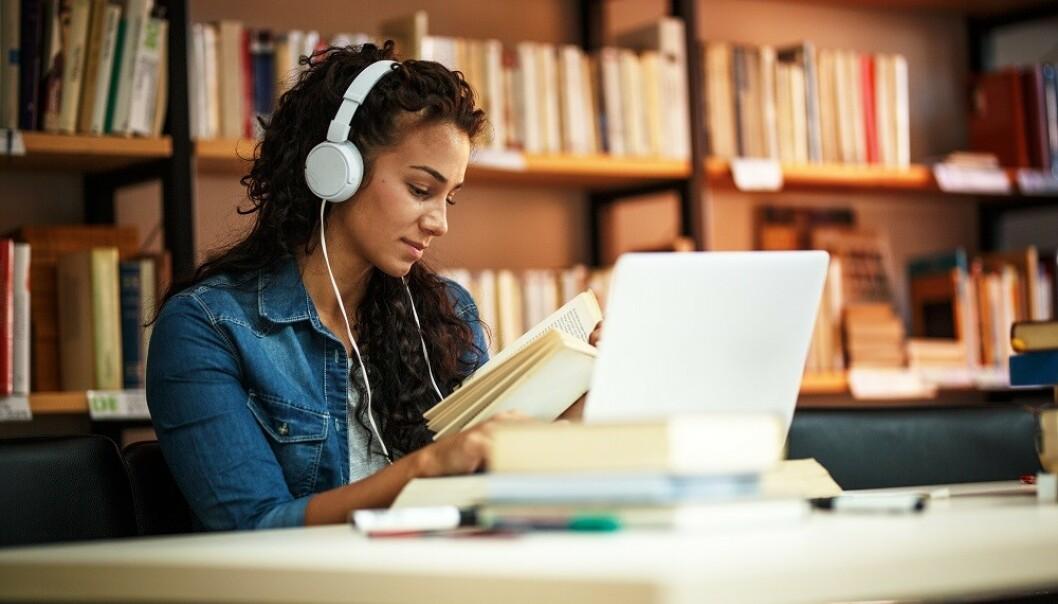 LÆR NOE NYTT: Du gjør lurt i å utfordre hjernen din ofte, for eksempel ved å lære deg noe nytt. FOTO: NTB Scanpix