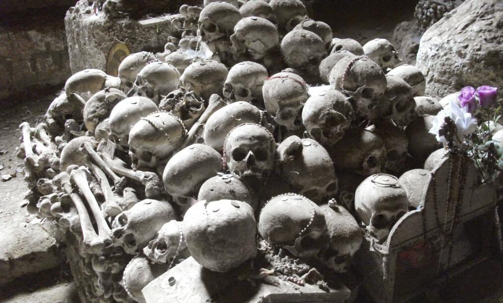 <strong>ALLTID NÆRVÆRENDE:</strong> Hos Wanda Marasco er samtaler med de døde like naturlige som å snakke med de levende. I Napoli er de døde alltid nærværende, og flere kirker har åpen krypt der folk kan gi votivgaver til utvalgte hodeskaller. Her fra den underjordiske gravplassen «Le Fontanelle» der knokler fra 40 000 ofre for pest og kolera er samlet. Foto: Jon Rognlien