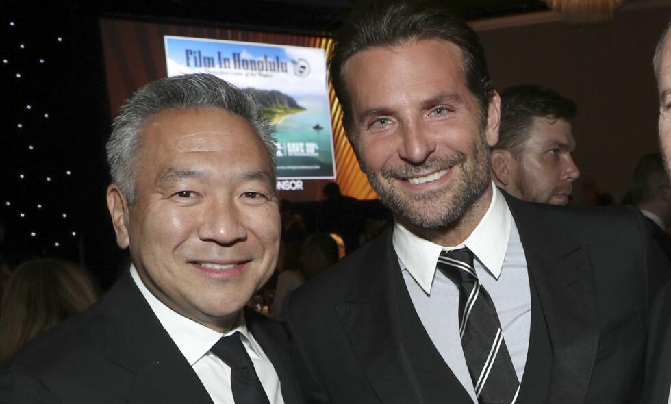 TREKKER SEG: Etter anklagelser om å ha byttet roller mot sex har Kevin Tsujihara nå måtte takke for seg i rollen som sjef for Warner Bros. Her sammen med Bradley Cooper i januar. Foto: NTB Scanpix