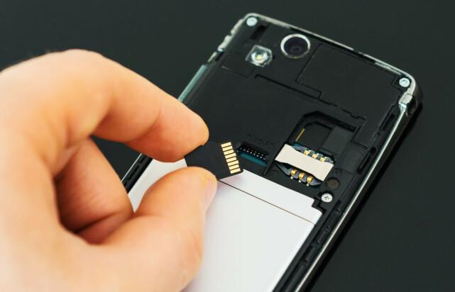 MER PLASS: Begynner det å bli tomt for ledig plass på telefonen din, kan det være smart å kjøpe et minnekort som utvider lagringsplassen. Foto: NTB Scanpix