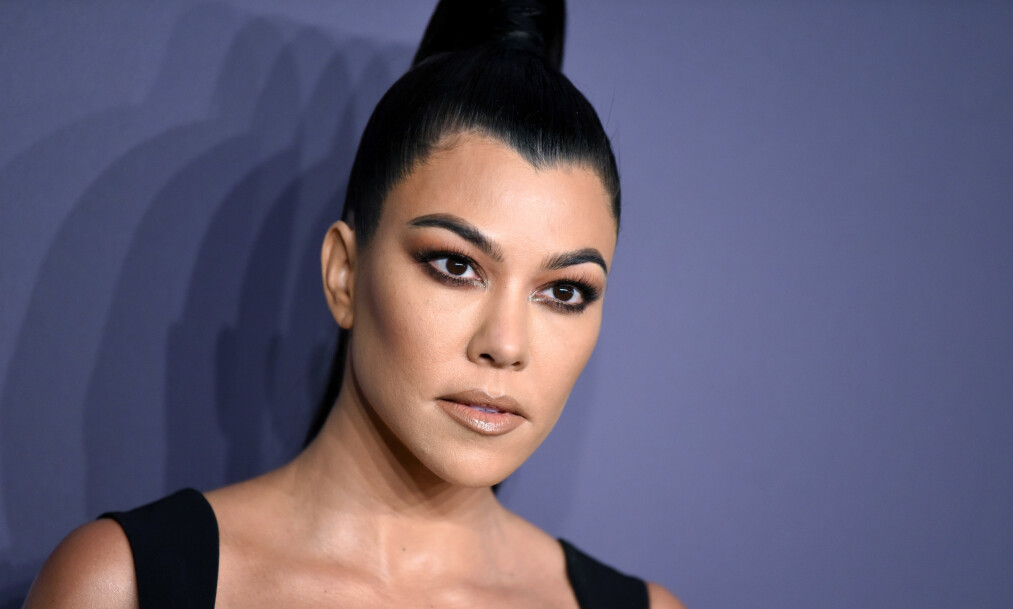 <strong>PHOTOSHOP-BLEMME:</strong> Kourtney Kardashian får hard kritikk etter at hun la ut et tydelig fotoshoppet bilde av seg selv med teksten «elsk deg selv så høyt som du elsker andre». Foto: NTB Scanpix