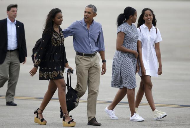 FAMILIE: Barack og Michelle Obama forsøkte å gi døtrene et så normalt liv som mulig mens de levde i Det hvite hus. Her er familien avbildet i 2016. Foto: NTB Scanpix