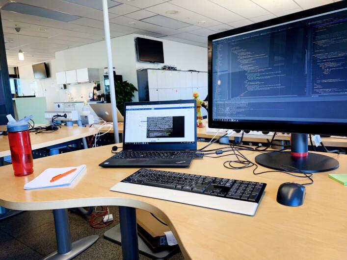 Slik ser pulten til Hanne Mathisen ut, der hun sitter hos Telenor på Fornebu. 📸: Privat