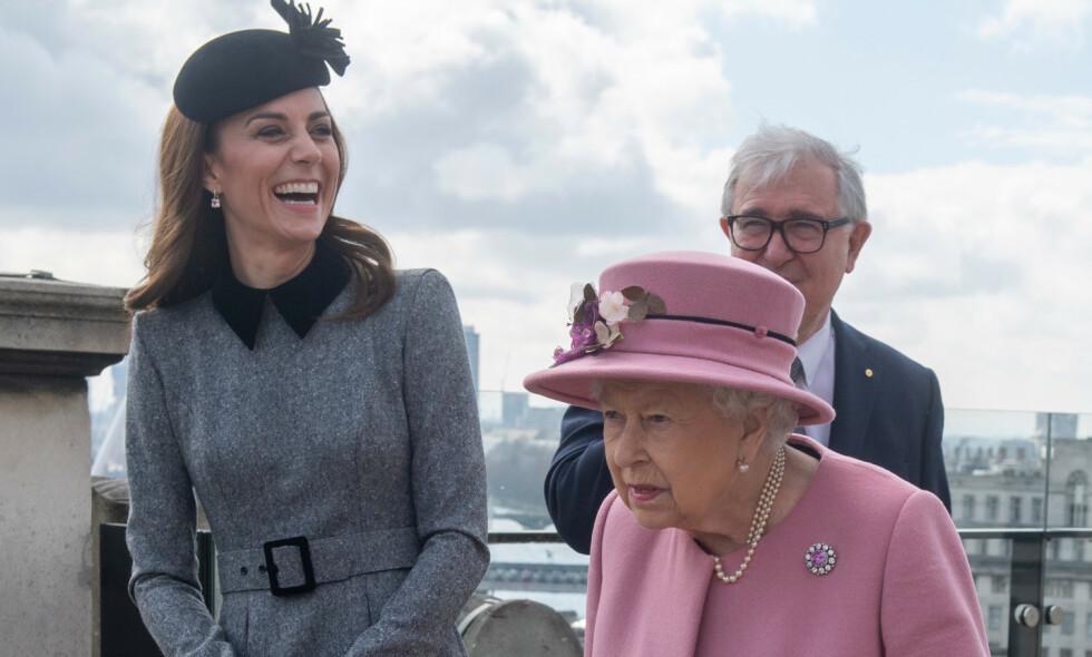 REPRESENTERTE: Tirsdag var dronning Elisabeth og hertuginne Kate på sitt første offisielle oppdrag sammen. Foto: NTB Scanpix