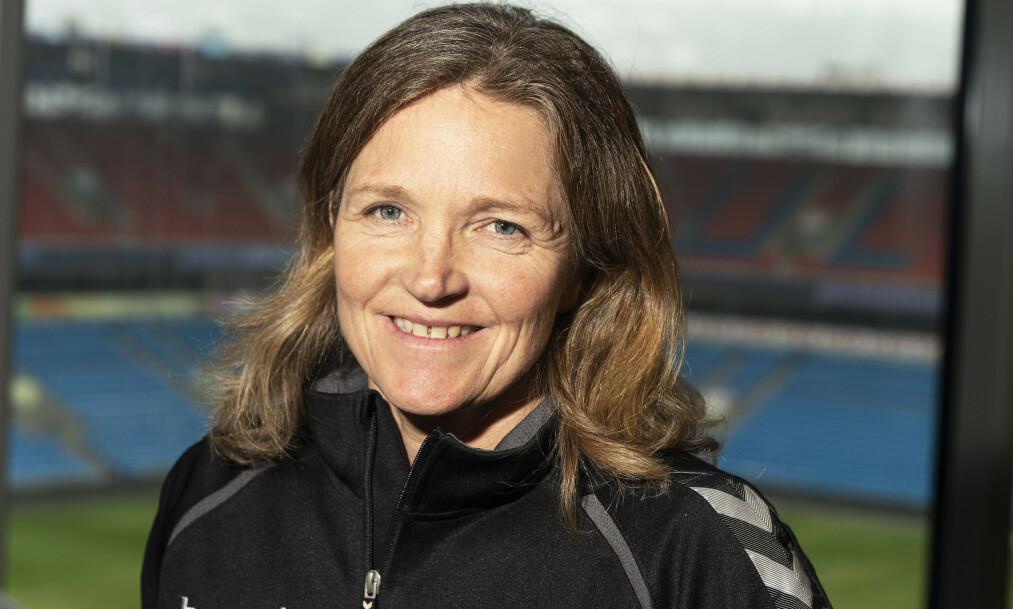 <strong>DELER ERFARINGER:</strong> Hege Riise etterlyser flere kvinnelige fotballtrenere som henne selv. Foto: Hans Arne Vedlog