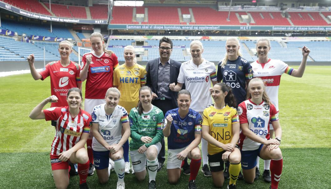 <strong>TOLV SKAL BLI TI:</strong> 2019 blir siste året med tolv klubber i Toppserien. Det er bra. Også for OBOS-direktør Daniel Kjørberg Siraj. Bak fra v. Dejana Stefanovic (Avaldsnes), Sigrid Bloch-Hansen (Fart), Mali Lilleås Næss (Trondheims-Ørn), Ingrid Hjelmseth (Stabæk), Kristine Leine (Røa) og Stine Hovland (Sandviken Foran fra v, Helene Gloppen (Arna-Bjørnar), Sigrid Heien Hansen (Kolbotn), Tuva Hansen (Klepp), Sherida Spitse (VIF), Ingrid Moe Wold (LSK) og Jonna Aalstad Bækkelund (Lyn). Foto: Berit Roald / NTB scanpix