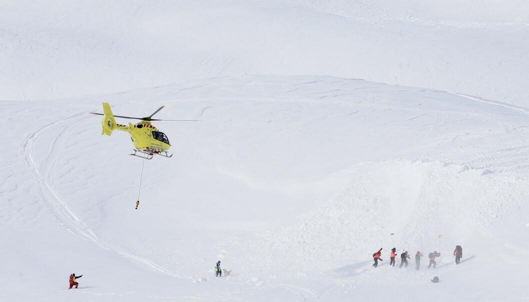 Et helikopter fra Norsk Luftambulanse med peileutstyr deltok i en skredøvelse under åpningen av Røde Kors' nye testsenter for sende/mottakerutstyr i Myrkdalen utenfor Voss 6. mars. Foto: Håkon Mosvold Larsen / NTB scanpix