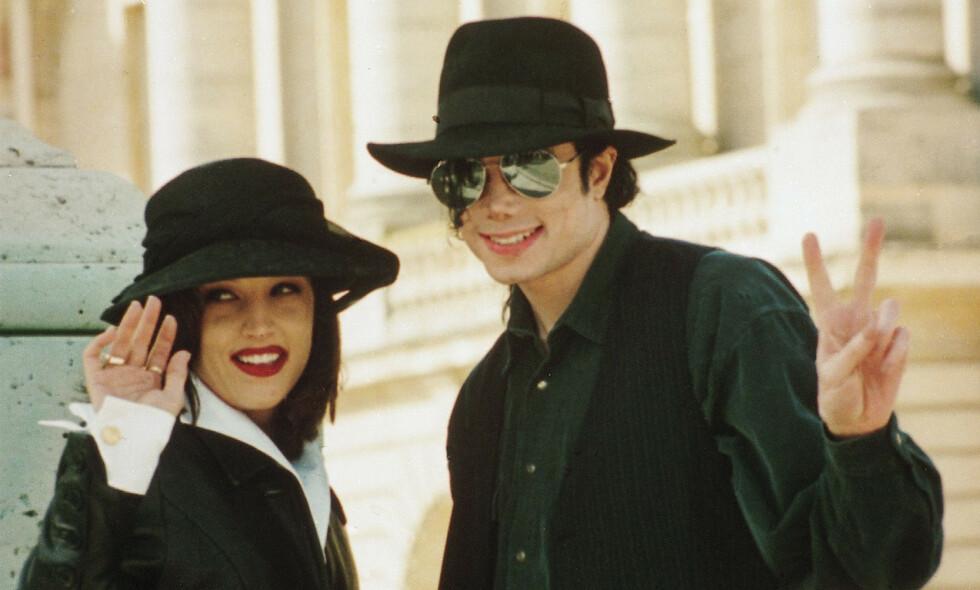 BERØMT PAR: Få visste om relasjonen mellom berømmelighetene Lisa Marie Presley og Michael Jackson, da de ble smidd i hymens lenker. Her er de avbildet sammen i 1994, samme år som de giftet seg. Foto: NTB Scanpix
