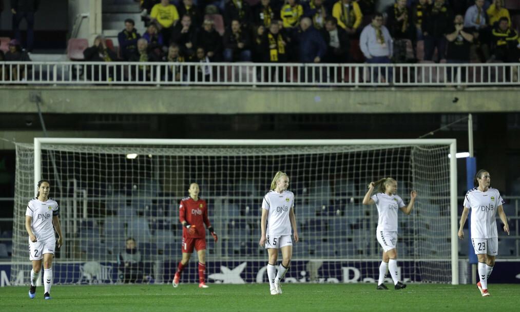 <strong>DEPPER:</strong> Lillestrøm-spillerne må fortvilet innse at Barcelona går opp til 3-0. Det ble en tung kamp for laget som var kledd i hvitt for anledningen. Foto: NTB Scanpix