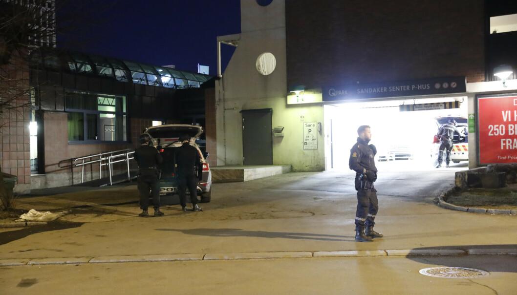 Politiet leter etter gjerningsperson etter at en person ble funnet med mulige stikkskader ved Sandaker senter onsdag kveld. Foto: Terje Bendiksby / NTB scanpix