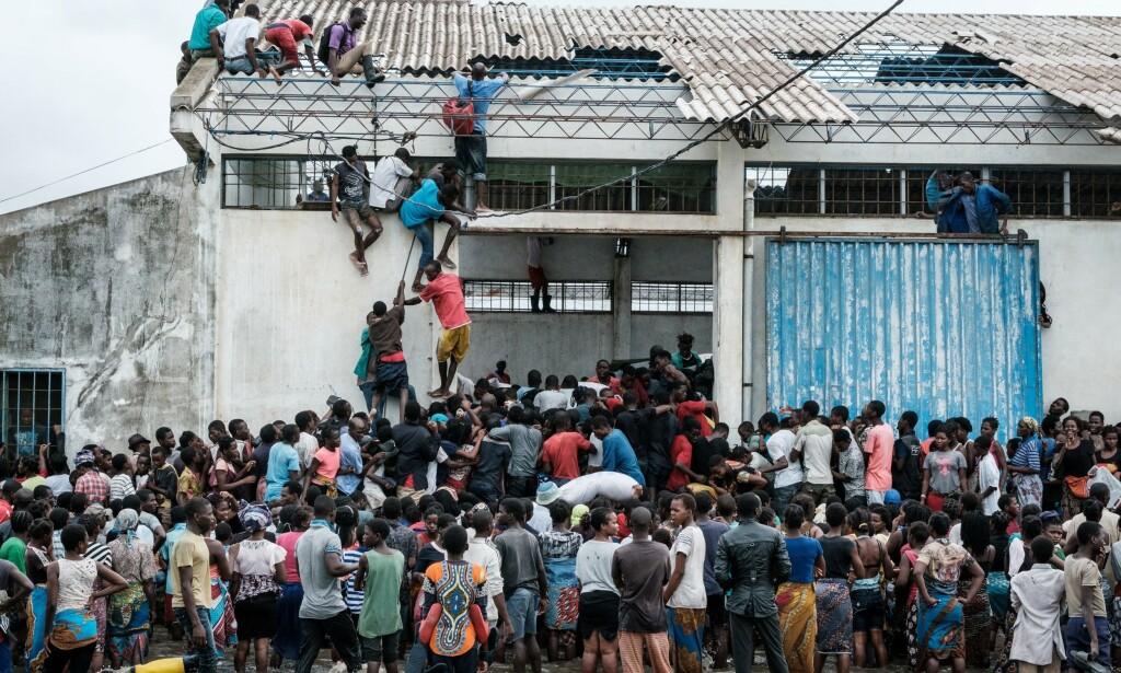 HUSTAK: Fortsatt sitter tusenvis av mennesker på hustak etter å ha søkt tilflukt fra flommen i Mosambik. Foto: NTB Scanpix
