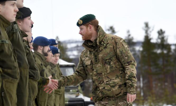 <strong>STORFINT BESØK:</strong> Prins Harry tok seg også tid til å hilse på norske soldater da han besøkte Bardufoss torsdag. Foto: NTB Scanpix