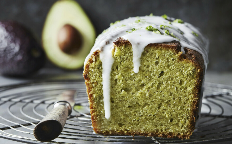 GRØNN FORMKAKE: Den ligner en vanlig kake, men den er fylt med avokado og pistasjnøtter og er toppet med et lag syrlig limeglasur. FOTO: Stine Christiansen