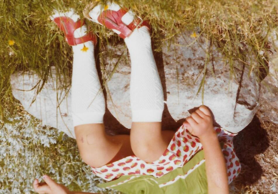 VÅR: Jeg har aldri følt meg så fin som da jeg som fireåring fikk jordbærkjolen! FOTO: Privat
