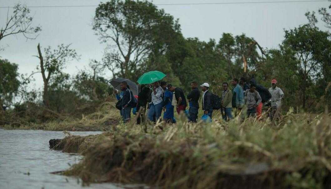 Flomrammede venter på å bli evakuert med båt i nærheten av byen Beira i Mosambik onsdag. Foto: Josh Estey / CARE / AP / NTB scanpix