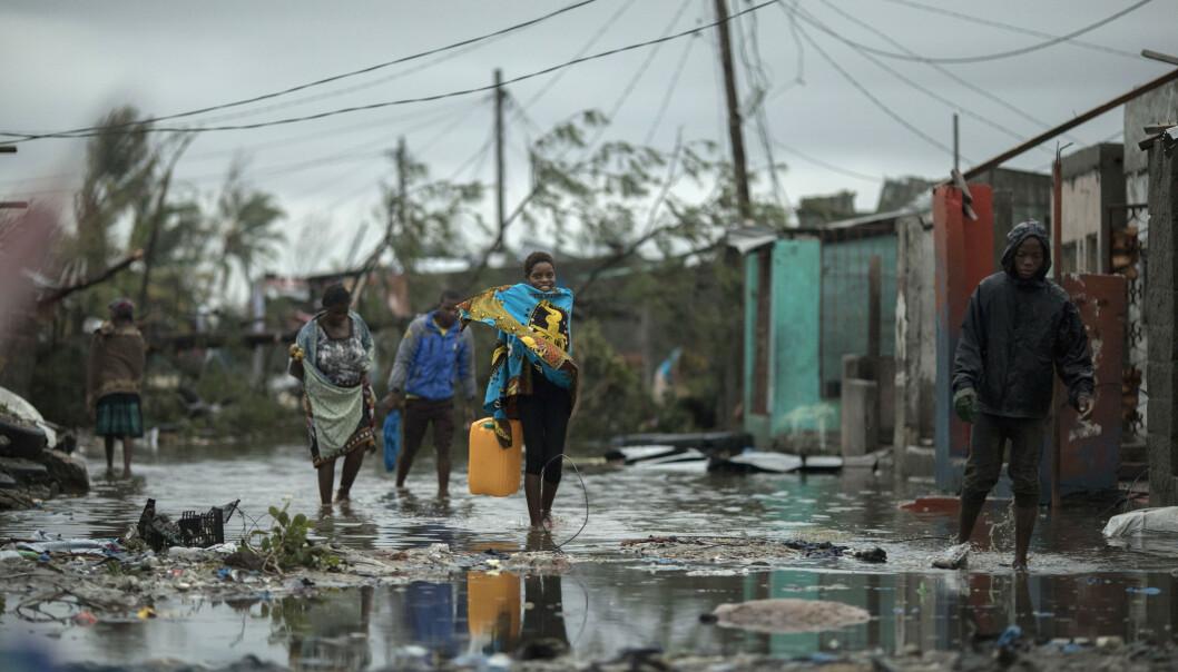 Mennesker på vei tilbake til den flomrammede landsbyen Praia Nova ved byen Beira i Mosambik i helgen. Foto: Josh Estey / CARE / AP / NTB scanpix