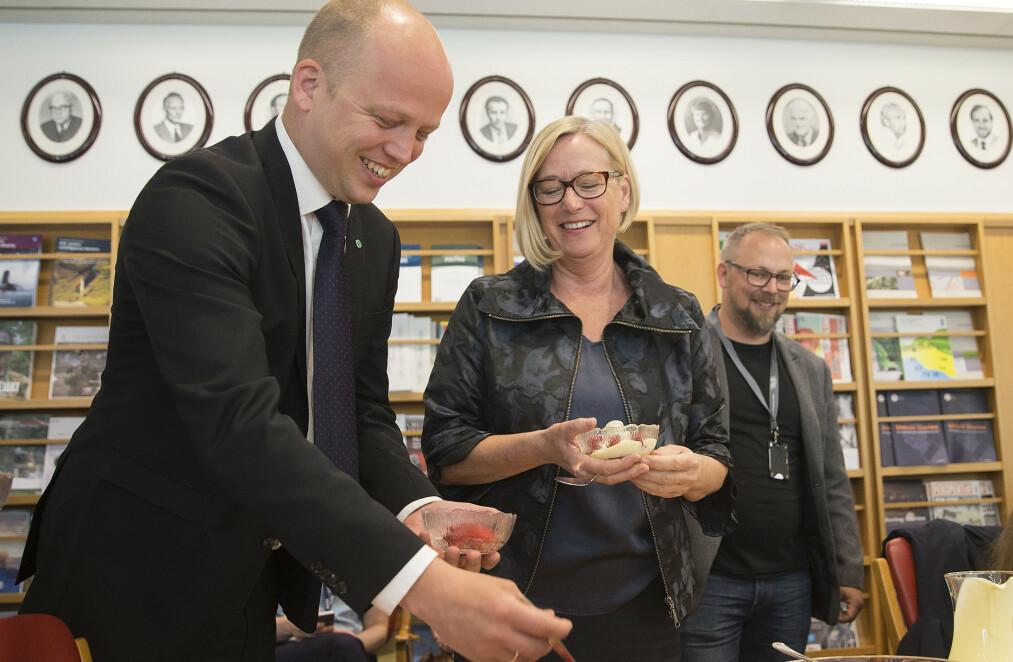 FORSYNER SEG: Trygve Slagsvold Vedum og Marit Arnstad forsyner seg av jordbærene. Nå vil de også spise kirsebær med de store. Foto: Terje Pedersen / NTB scanpix