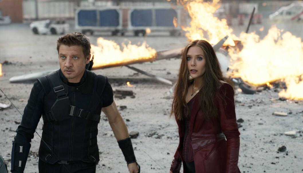 FILMSTJERNE: Her er Jeremy Jenner i en scene fra filmen Captain America: Civil War fra 2016 sammen med Elizabeth Olsen. Foto: NTB Scanpix