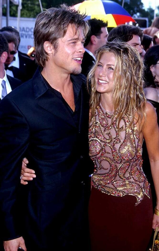 PÅ BØLGELENGDE: Denne tilbakelente surfe- og strandlooken var en favoritt hos både Brad Pitt og eks-kona Jennifer Aniston. FOTO: Twitter