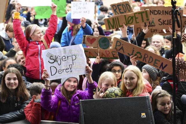 STREIK: Rundt 20 000 elever er ventet å streike for klimaet over hele landet fredag. Her fra en elevstreik i Bergen sist torsdag, der skoleelever og studenter demonstrerte på Torgallmenningen. Foto: Marit Hommedal / NTB scanpix