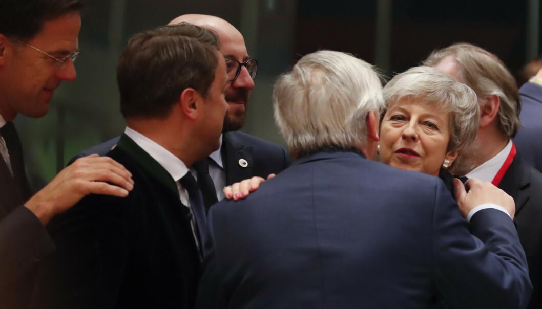 Europeiske ledere var torsdag samlet til toppmøte i Brussel. Her hilser EU-kommisjonens sjef Jean-Claude Juncker på Storbritannias statsminister Theresa May. Foto: AP / NTB scanpix