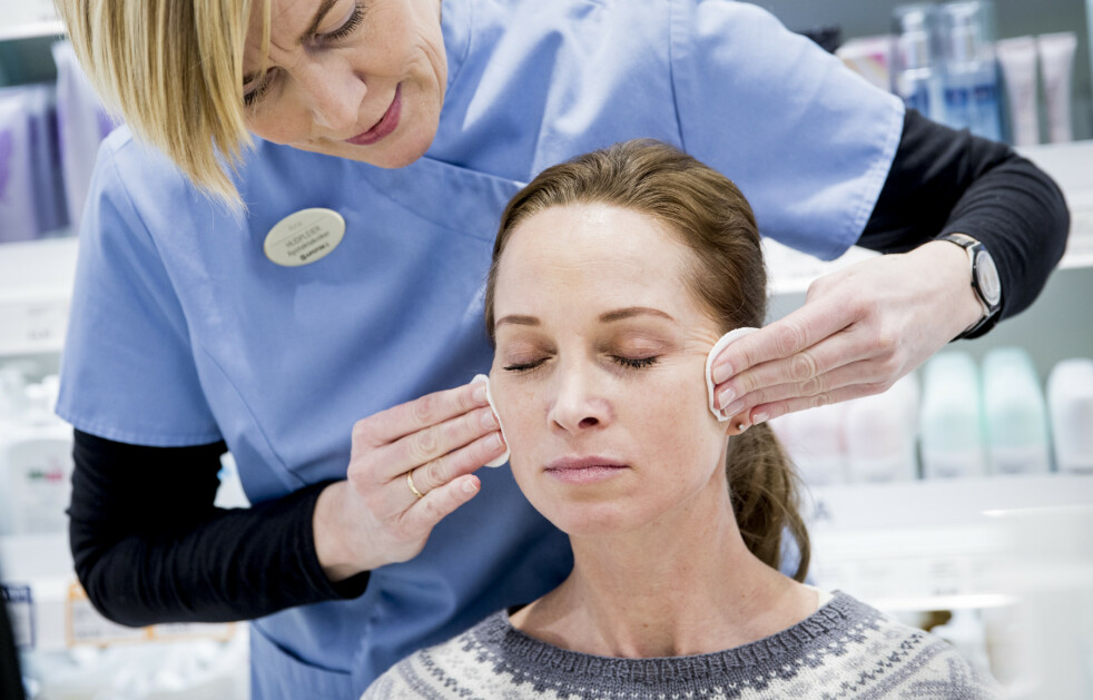 GODT MØTE: Linda fikk en god og grundig analyse fra Apotek 1s hudpleier Aina Holmen.