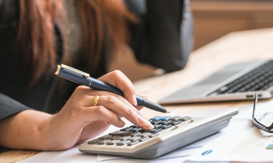 <strong>FASTRENTE:</strong> Sett at renten på boliglånet ditt økes gang på gang, hva ville du gjort da? For mange kan det være fristende å stoppe renteøkningen ved å binde renten, men det er ikke sikkert dette er mest lønnsomt i lengden. Foto: Shutterstock/NTB Scanpix.