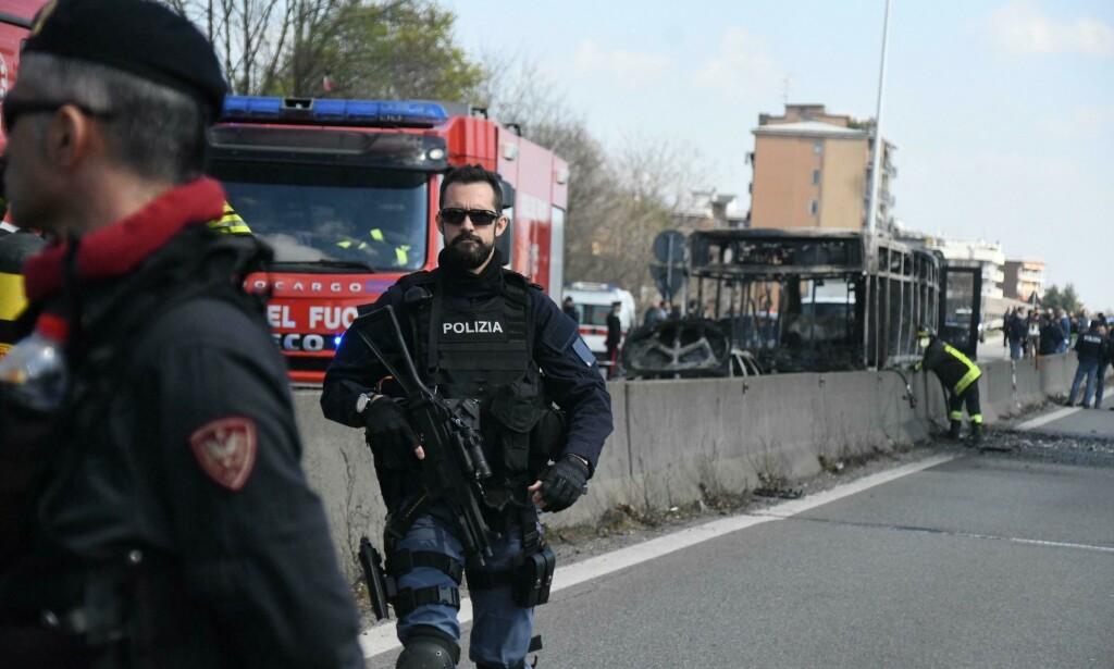 Brannfolk og politi på plass ved vraket av den utbrente bussen ved San Donato Milanese utenfor Milano onsdag. En 13-åring varslet om hendelsen. Foto: Daniele Bennati / AP / NTB scanpix
