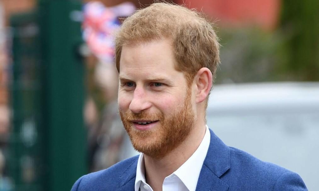 <strong>FANGET OPPMERKSOMHETEN:</strong> Prins Harry besøkte nylig St.Vincent`s Catholic Primary School, og der var det spesielt én elev som fanget oppmerksomheten til den britiske prinsen. Foto: NTB Scanpix