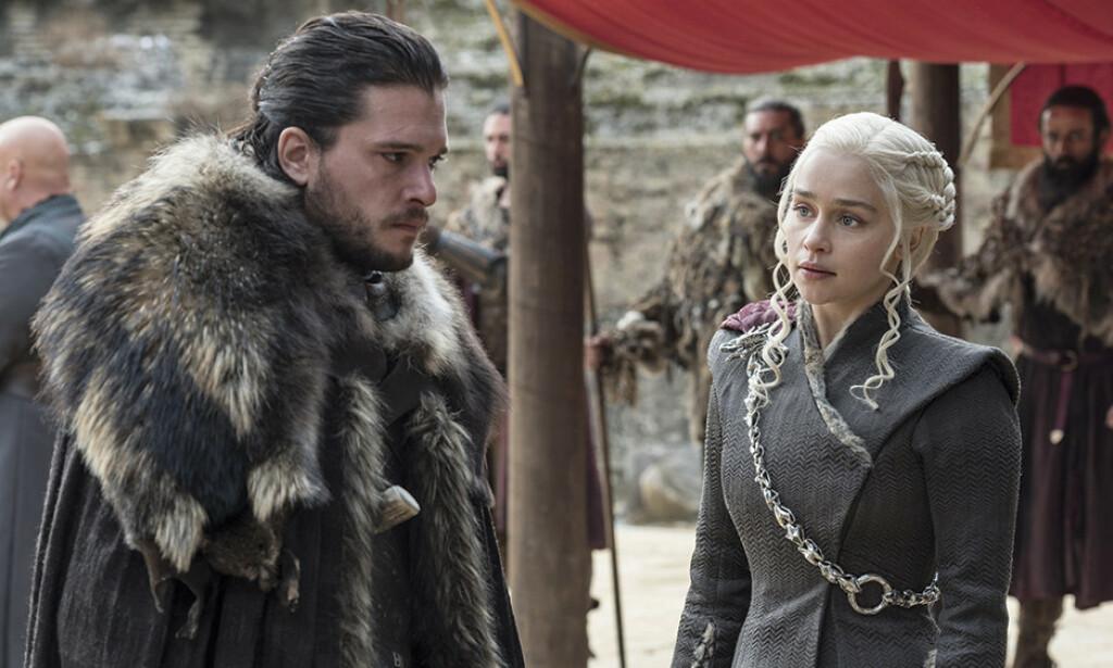 ROMANSE: I siste episode av den sjuende sesongen oppstår det hete scener mellom Jon Snow og Daenerys Targaryen. FOTO: HBO