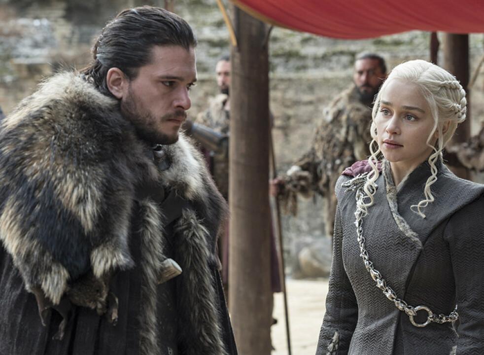 TJENER LIKT: En ting var viktig for Emilia Clarke (t.h.) hun skulle tjene det samme som sine mannlige kollegaer. Foto: HBO