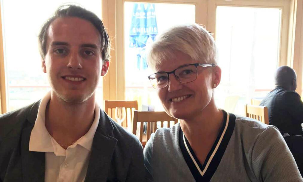 <strong>MOR OG SØNN:</strong> Charlie Dan Lind og mor Ramona Lind. 22-åringen døde torsdag etter å ha blitt meid ned i bilen av en vogntog-henger 7. januar på E8 en snau time fra Tromsø. Mor fortsetter kampen mot regelverket for utenlandske vogntog og sjåfører på norske vinterveier. Foto: Privat