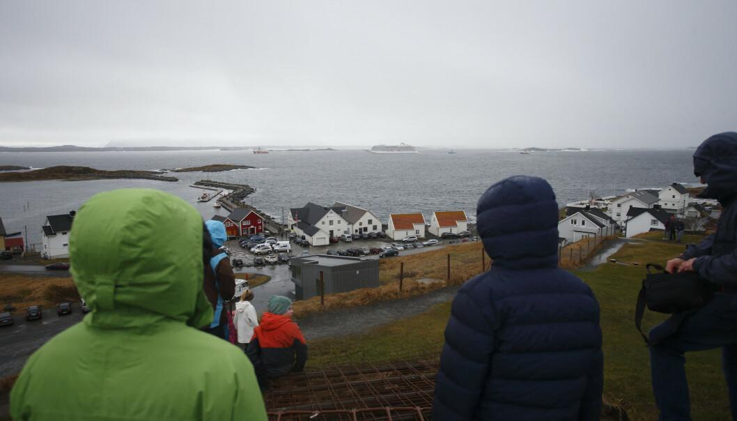 Søndag er cruiseskipet Viking Sky på vei mot Molde etter problemene som oppsto i Hustadvika i Møre og Romsdal lørdag. Her er skipet observert fra Bud. Foto: Svein Ove Ekornesvåg / NTB scanpix