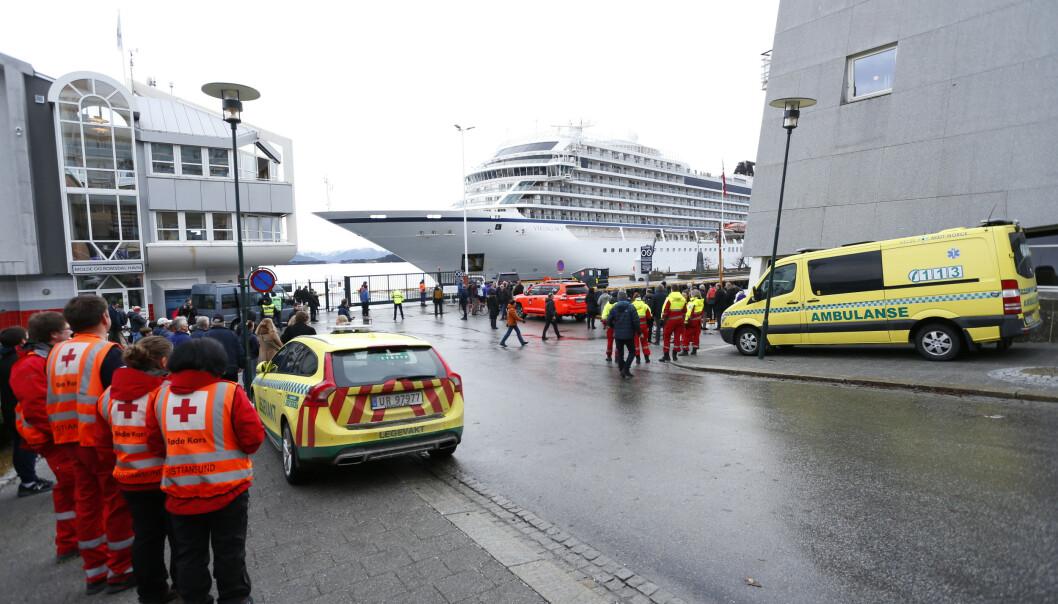 FREMME: Et mottakssenter er opprettet på Seilet hotell, og et kjøpesenter i byen holder åpent for passasjerene. Foto: Svein Ove Ekornesvåg / NTB scanpix.