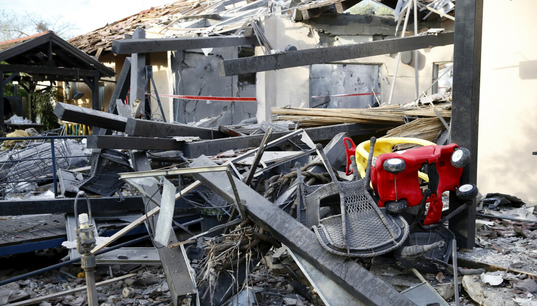 Det begynte å brenne etter at et bolighus i Israel ble truffet av en rakett mandag. Foto: Ariel Schalit / AP / NTB scanpix