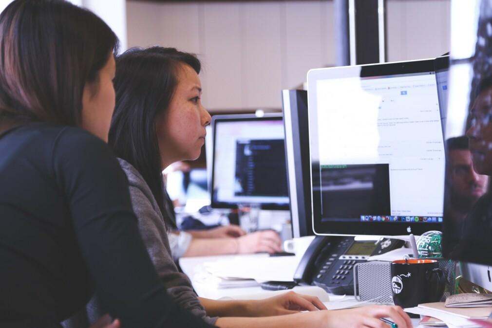 Blant norske utviklere føler kvinner mest på at alle andre kan mer enn dem. Og de uten utdanning føler mindre på dette enn høyt utdannede. 📸: Pexels.com